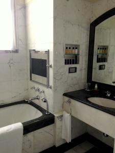Thepeninsulabathroom4